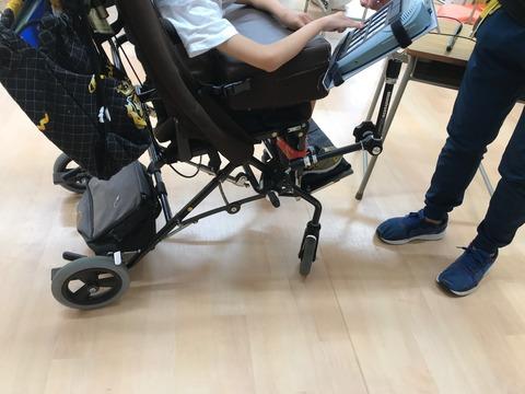 スーパートーカーを車椅子に固定する方法