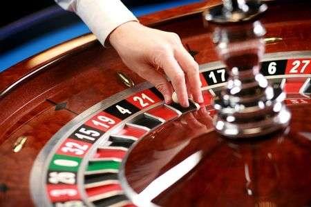 4055672-人間の手と小さなボール-カジノ-ルーレット-weel