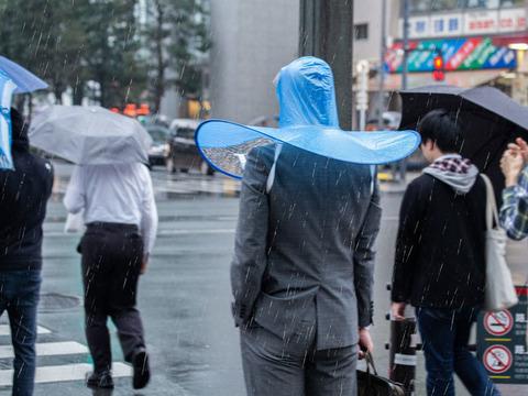 【商品】人目を気にしないメンタルさえあれば… 両手が使える「手ぶら傘」爆誕