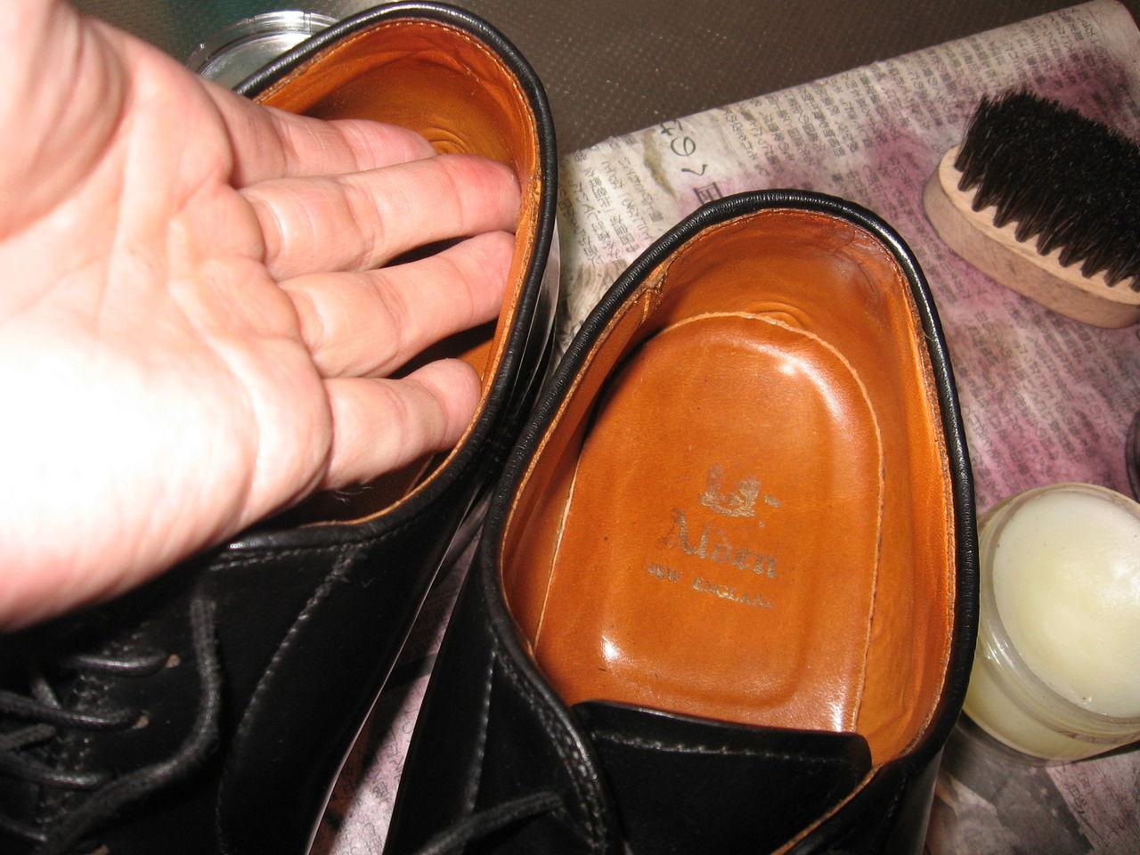 アッパーとソールをしっかり手入れしていても、ライニングがやられてしまえば、それでその靴は修理が必要となってしまいます。まんべんなく、弱点の無い手入れが必要
