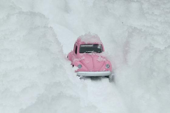 雪道の中で停まった車