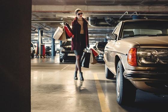駐車場と女性-2589809_640