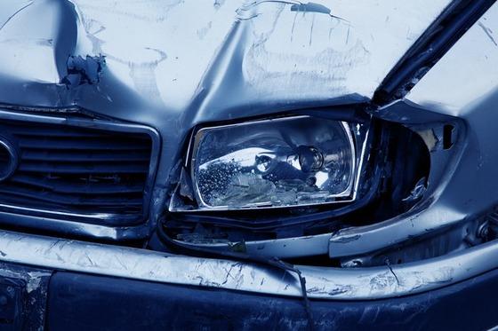 ヘッドランプがぶつかった車-2940_640