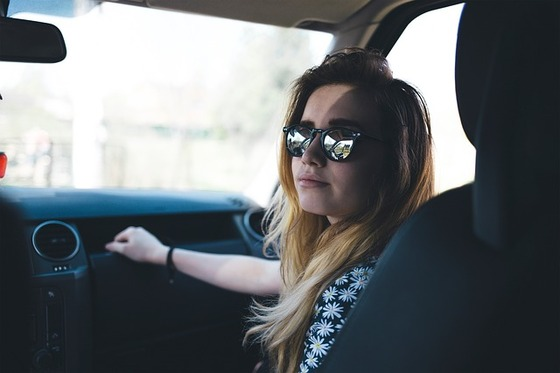 driving lady-2590992_640