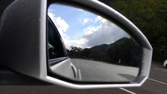 サイドミラーに映る車体と白線