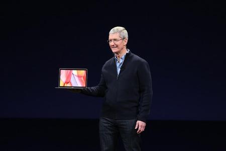 tim-cook-new-macbook-2015