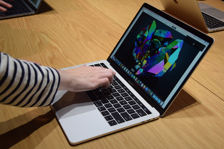 apple-macbook-pro-15-with-touch-bar-hands-on-0004-1500x1000
