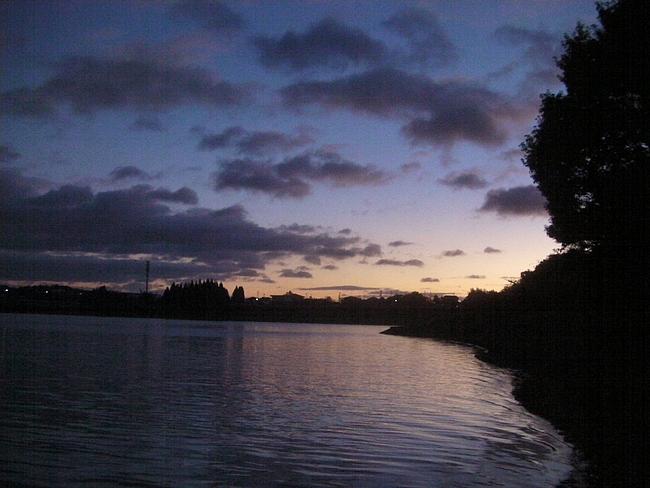 夕闇せまる湖畔