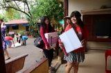 孤児院に物資を届ける大学生、社会人