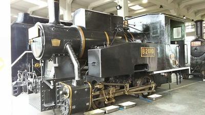 45-B2010蒸気機関車正面斜め1