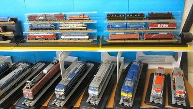HO-Nゲージ飾り棚上車両ケースなし機関車1
