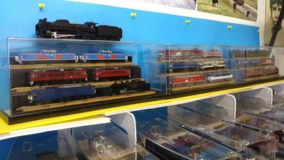 Nゲージ飾り棚上車両ケース付き機関車1