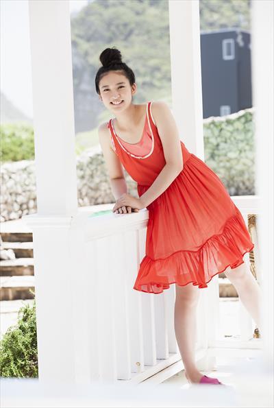 赤いスケ感のあるワンピを着る武井咲