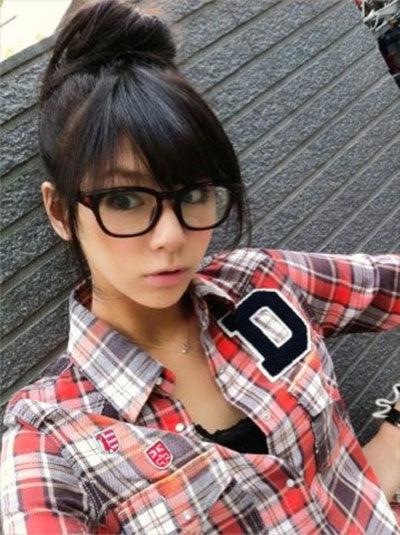 眼鏡にチェックシャツが印象を変える西内まりや