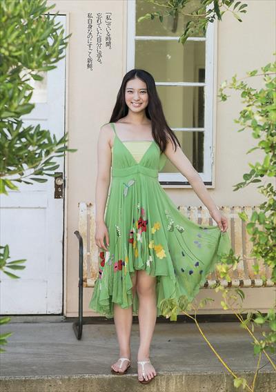 グリーンの華やかなワンピースの武井咲