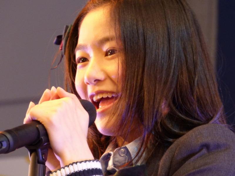 歌う中野郁海。