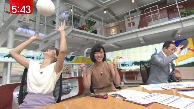 トスを上げる加藤真輝子アナの脇!
