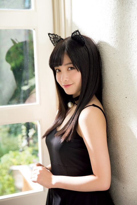 【エンタメ画像】橋本環奈「ヤンマガ」グラビアで可愛すぎるネコに変身 胸元チラ見せも