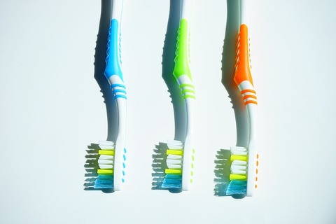 tooth-brushes-1194945_640