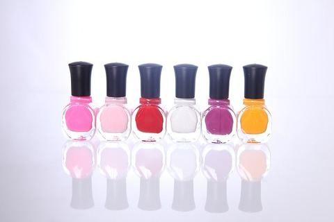 nail-polish-1351933_640
