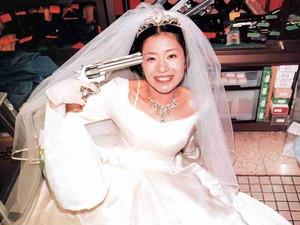 ウェディングドレスを着た椎名林檎