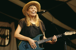 joni-mitchell-1995-new-orleans-performing-billboard-650