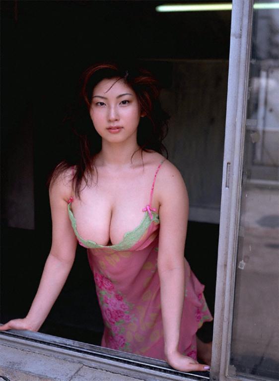 大沢舞子さんのインナー姿