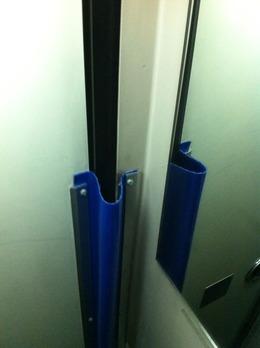 安全デザイン高速バスドア