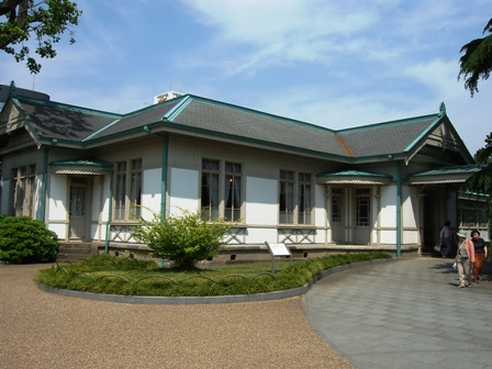 旧洋館御休所入口左側