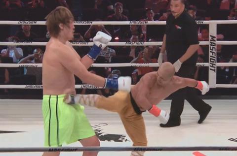 少林寺の武僧が体格差をものともせず後ろ回し蹴りでチェ・ホンマンをTKO
