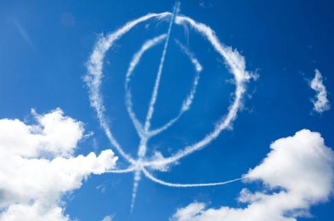 アパッチが戦闘機で空に書いたマンコ