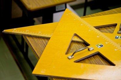 【悲報】先生「三角形の面積は底辺×高さ÷2で導けます」 人間達「はーい!」 ワイ「なんでや…」