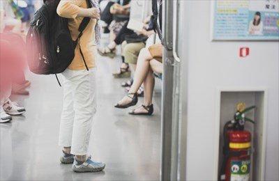 【社会】ワイ電車「席どうぞ」ジジババ「大丈夫です…」ワイ「すぐ降りますんで」←この一連の無駄な流れ