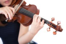 ヴァイオリンを弾いている