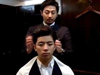 髪をセットする男前