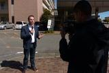 ビアンキが入院する病院前でレポートするメディア