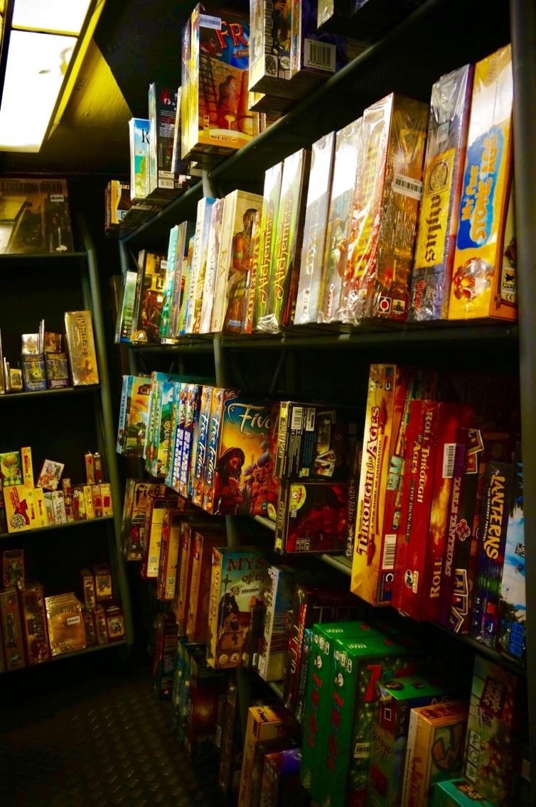 イギリスのボードゲームショップ『Orcs Nest』:ボードゲーム棚1