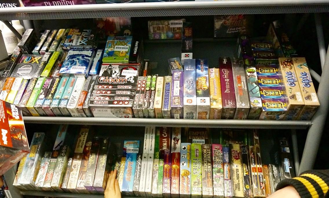 イギリスのボードゲームショップ『Orcs Nest』:ボードゲーム棚4