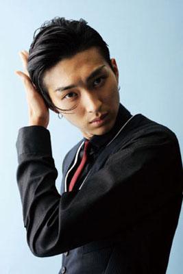 髪を押さえて振り返る松田翔太