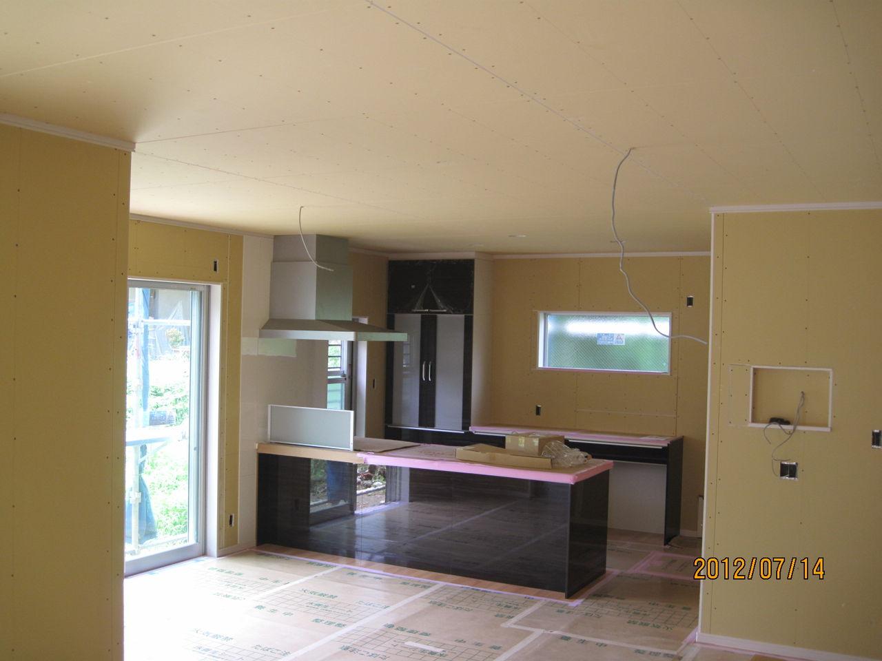広々した室内にアイランド型のキッチンの設置です。IHはパナ製の最上級最新... 秦野市S様邸新築