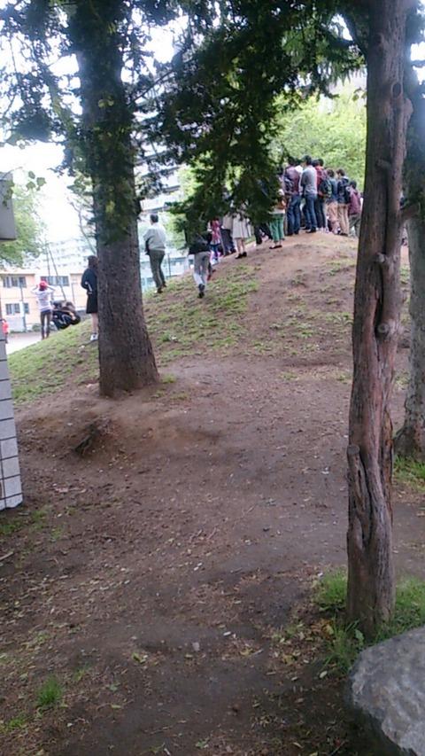 【旧帝大】北大生集団が公園で大暴れして警察に抵抗中