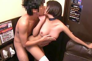 【湊莉久】個室ビデオにいた男客を逆ナンパして個室で本番セックス