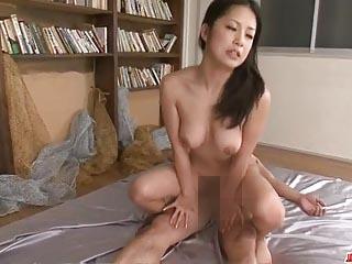 【無修正】極太に喘ぐ美乳美人妻!