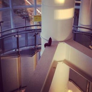 芋、ゲートブリッジのエレベーターホールで休憩。