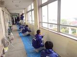 学校で仕事をする中学生3