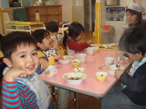 カレーを食べる2歳児