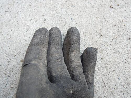 破れた手袋