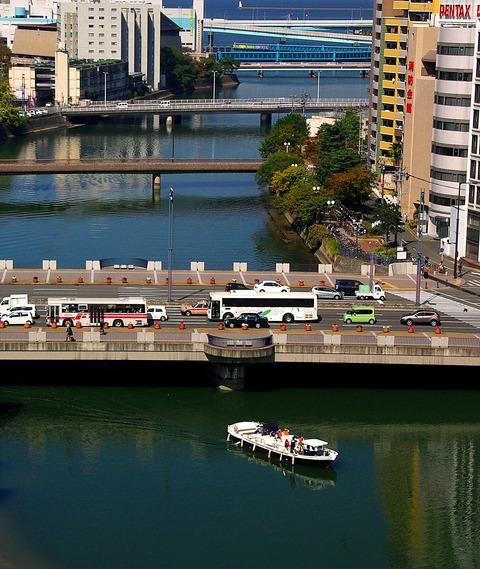 ビルの谷間を走る水上バス