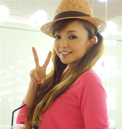 6.ピンクニットの安室奈美恵