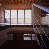 階段途中からリビング越しにバルコニーを見る